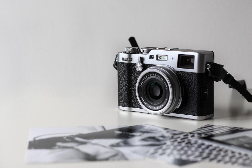 Kamera in schwarz weiss