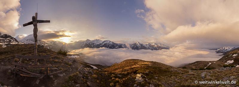 Berge, Wolken und Sonnenaufgang