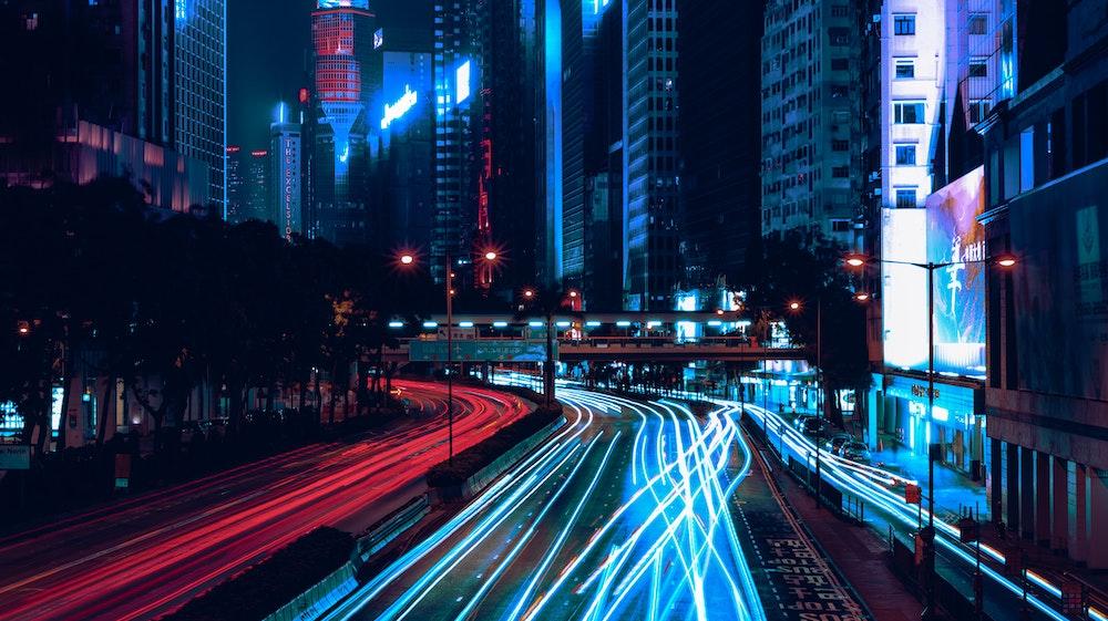 lichtspuren von vorbeifahrenden autos